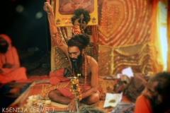 Baba ki drži 8 let roko v znak