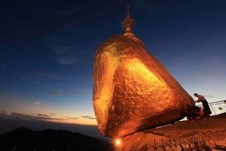This image has an empty alt attribute; its file name is kyaiktiyo-pagoda-myanmar-36619-1386145502.jpeg