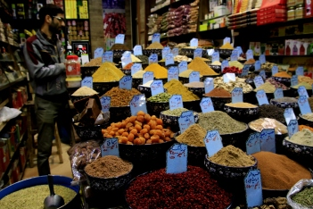 This image has an empty alt attribute; its file name is iran-c5a1iraz-bazaar.jpg